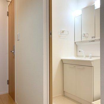 水廻りはキッチンの対面に。引戸がユーティリティ、開き戸がおトイレです。(※写真は2階の同間取り別部屋のものです)