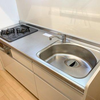 自炊派に嬉しいグリル付2口ガスコンロとゆったり作業スペースのキッチンです。(※写真は2階の同間取り別部屋のものです)