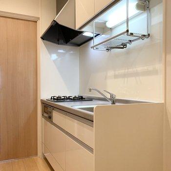 キッチンは洋室を出てすぐの位置に。(※写真は2階の同間取り別部屋のものです)