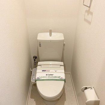 おトイレはウォシュレット付で、上部に棚も設置されています。(※写真は2階の同間取り別部屋のものです)