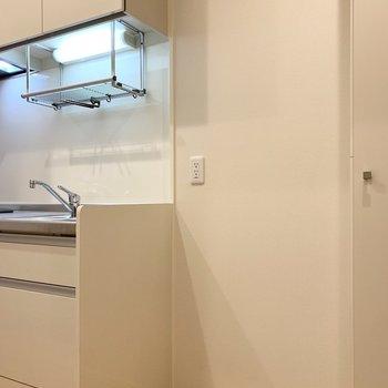 冷蔵庫置場はキッチンのお隣に。(※写真は2階の同間取り別部屋のものです)