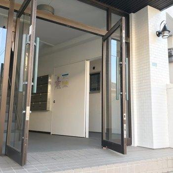建物入り口はこちら。かわいらしいランプにほっとします。