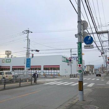 徒歩7分ほどのところに人気の業務用スーパー!自転車や車ならすぐ◎
