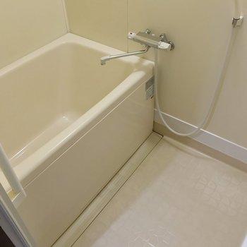 お風呂にはサーモ水栓つき。追い焚き機能も嬉しいですね〜!