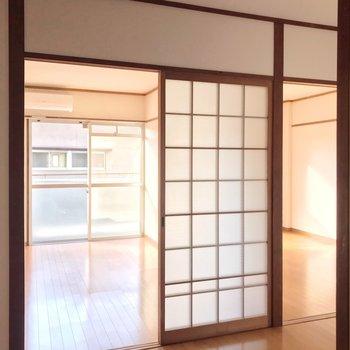 ダイニングから洋室2部屋へ行けます。