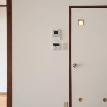 反対側の扉の中はサニタリーの設備。