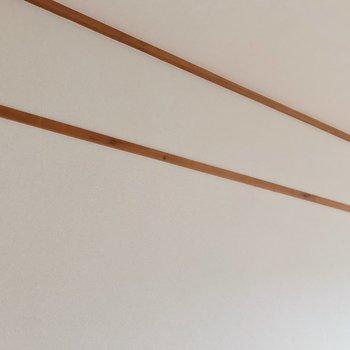壁には長押。フックを付けたらカバンや帽子を掛けられて便利です◎