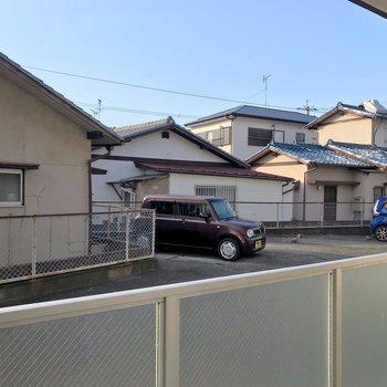 目の前は駐車場になっています。
