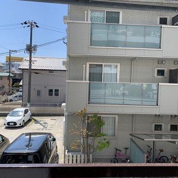 向かいの建物とも程よい距離です。(※写真は2階の同間取り別部屋のものです)