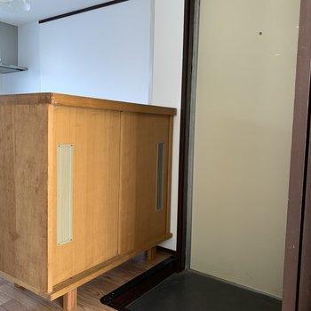 玄関はコンパクト。シューズボックスは横です。(※写真は2階の同間取り別部屋のものです)