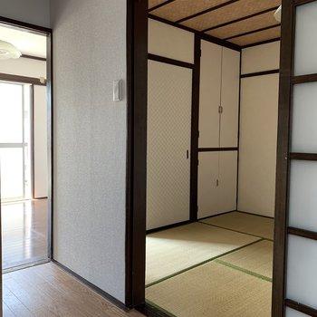和室の天井は木の網目模様。寝そべるとより自然を感じられそう。(※写真は2階の同間取り別部屋のものです)