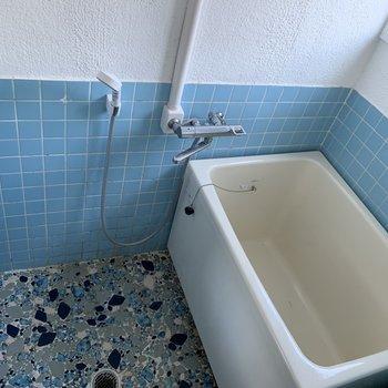 お風呂もレトロな雰囲気♪タイルがかわいいです。(※写真は2階の同間取り別部屋のものです)