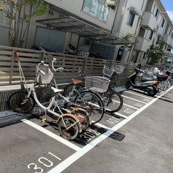 専用自転車置き場1台分あります。雨の日はカバーがあるといいかも。