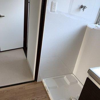 キッチンの横は洗濯機置き場です。(※写真は2階の同間取り別部屋のものです)