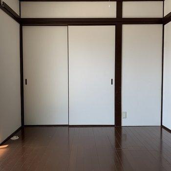 奥の扉を開けると。。(※写真は2階の同間取り別部屋のものです)