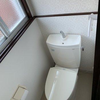 トイレは小窓が付いてます。(※写真は2階の同間取り別部屋のものです)