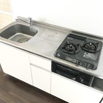 キッチンはお料理スペースもしっかり確保!(※写真は12階の反転間取り別部屋、清掃前のものです)