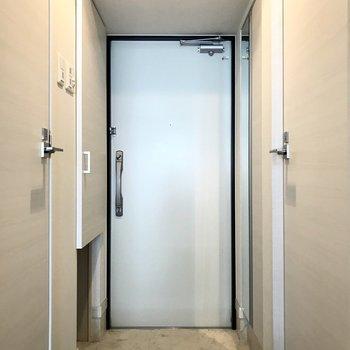 すっきりとした玄関。2重ロックですよ (※写真は12階の反転間取り別部屋、清掃前のものです)