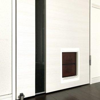 リビングの扉にはワンちゃん用の小さな入り口もあるの、閉めて置くこともできますよっ (※写真は12階の反転間取り別部屋、清掃前のものです)