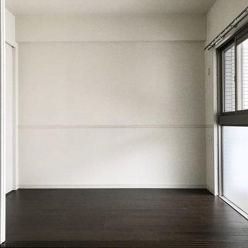 洋室は引き戸で仕切られています(※写真は12階の反転間取り別部屋、清掃前のものです)