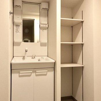 洗面台の隣には洗剤やタオルを入れよ♩ (※写真は12階の反転間取り別部屋、清掃前のものです)