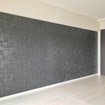 壁は黒のアクセントクロス。空間が引き締まります。