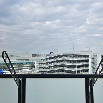 目の前は空港。空が広がるいい景色です。