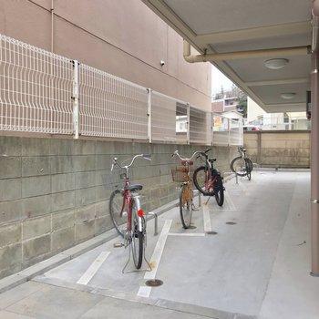 駐輪場は屋根の下に区画分けされています。