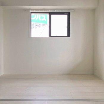 洋室は3.5帖。ダブルベッドもぎりぎり入るくらいの広さです。