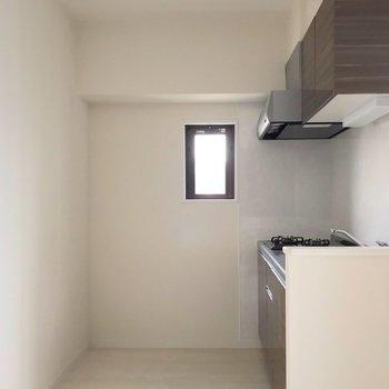 キッチンまわりもゆったり。冷蔵庫や食器棚は大きめのものも置けそうです。