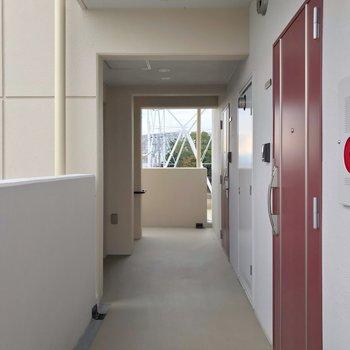 共用廊下も外に面して明るいです。