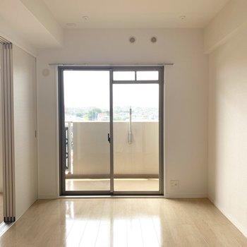 洋室からもバルコニーへ。スタンド式アイロン台とかあったら家事もスムーズ♪(※写真は6階の反転間取り別部屋のものです)