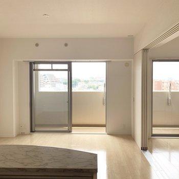 並ぶ窓でお部屋が明るい〜(※写真は6階の反転間取り別部屋のものです)