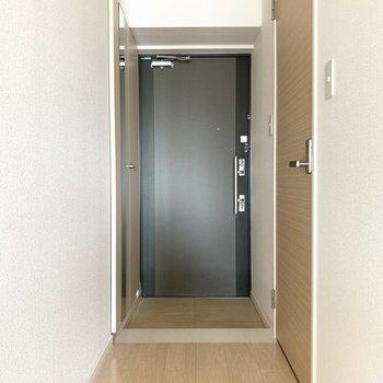 玄関扉がお部屋をびしっとと引き締めます(※写真は6階の反転間取り別部屋のものです)