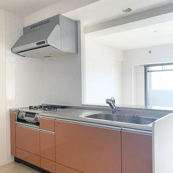 キッチンは反対側に冷蔵庫や食器棚などを(※写真は6階の反転間取り別部屋のものです)