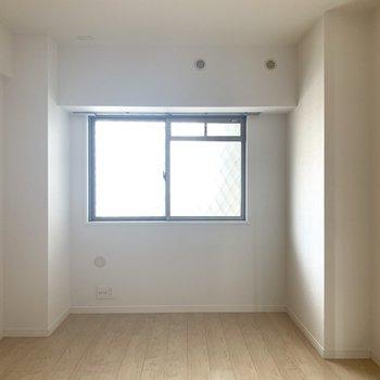 7.1帖の洋室はベッドも余裕で置けます(※写真は6階の反転間取り別部屋のものです)