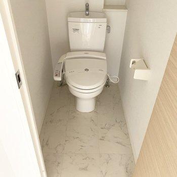 トイレはウォシュレット付き(※写真は6階の反転間取り別部屋のものです)