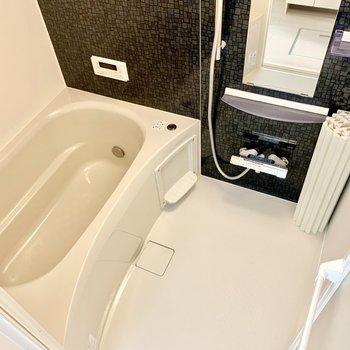 浴室乾燥機付き!サーモ水栓で温度調整もらくらく 。