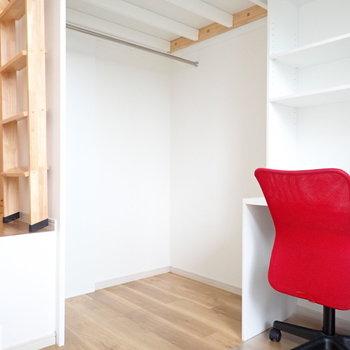 ロフトの下はオープン収納兼書斎です。