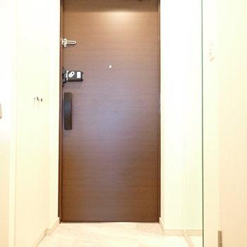 玄関には姿見があります。