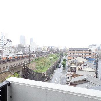 右を向けば眺望が線路に沿って開けていますね。