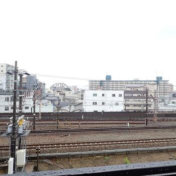目の前には線路があります。
