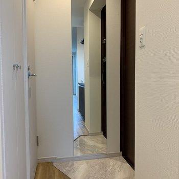 玄関は狭めですが全身鏡が嬉しいポイント