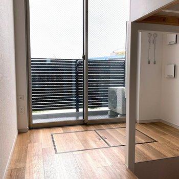 窓辺にダイニングテーブルも置けます