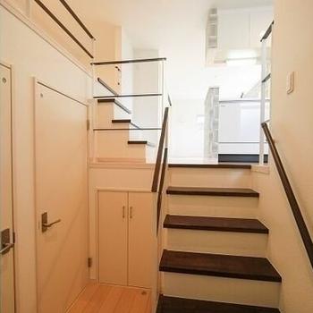 階段に手摺があります※写真はイメージです