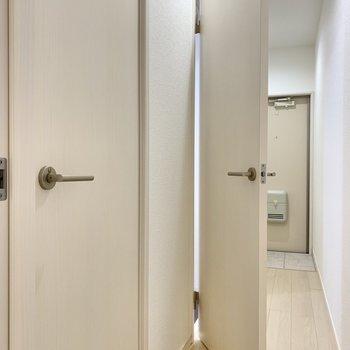 お次はサニタリーへ。手前はトイレ。奥が浴室周り。奥からみてみましょう。