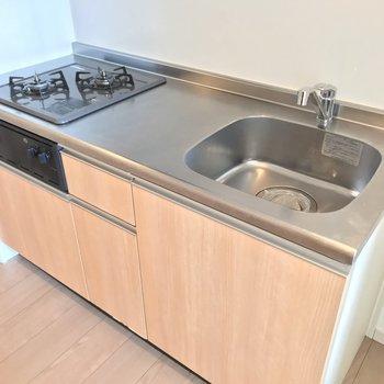 キッチンは2口コンロ!作業スペースもしっかりあるので、使いやすそうです。
