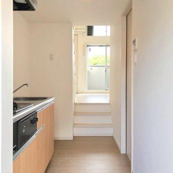 玄関と居室はスキップフロアで仕切られていますよ。