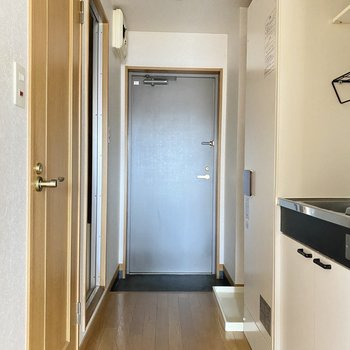 玄関は普通サイズ。水回りもこちら側にギュッと。