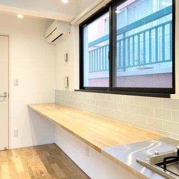 キッチンから伸びるカウンター。作業スペースなどに良さそう。